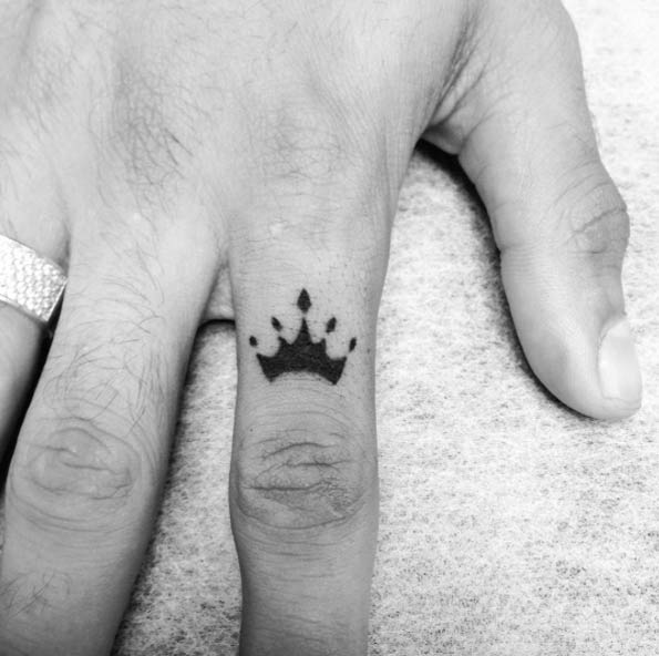 crown-finger-tattoo