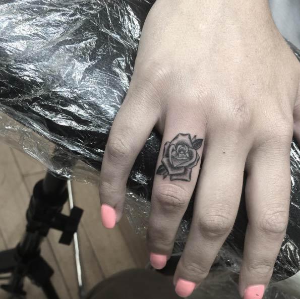 rose-finger-tattoo