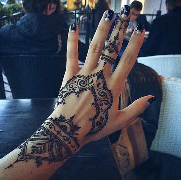 front hand and middle finger menhdi tattoo design